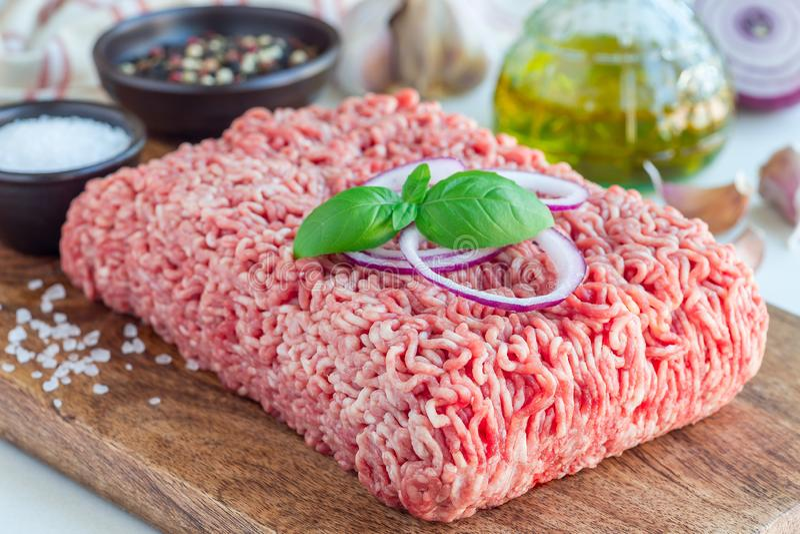 Gehakt van varkensvlees en rundvlees Gehakt met ingrediënten voor het koken op houten horizontale raad, royalty-vrije stock foto