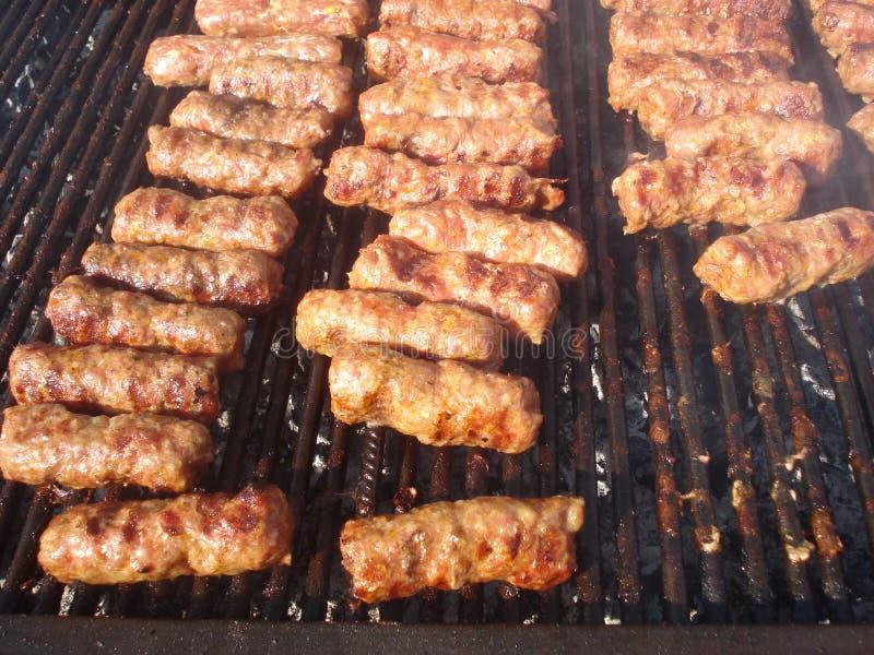 Gehaktbroodjes bij de grill stock afbeelding