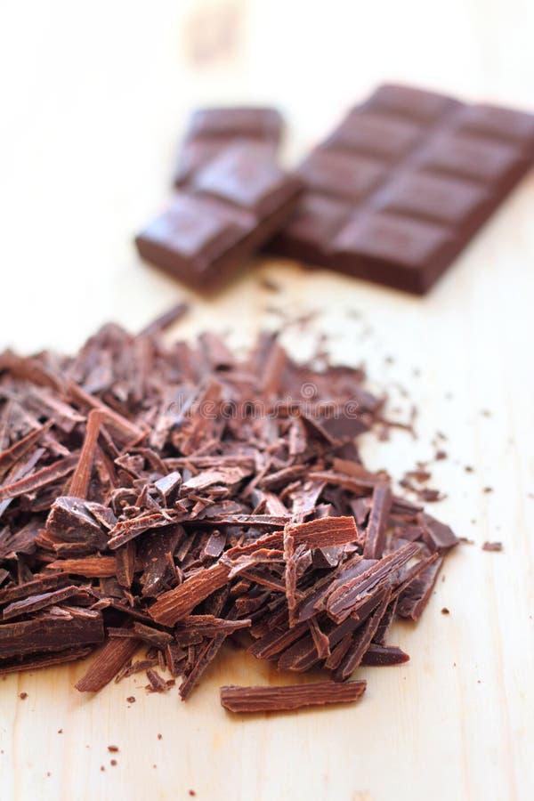 Gehakte bar van donkere chocolade stock afbeeldingen