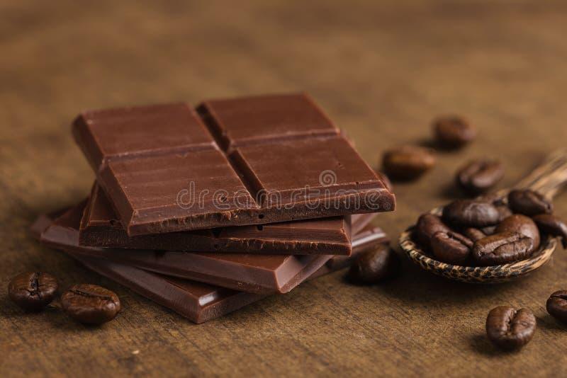 Gehakte bittere chocolade met koffiebonen royalty-vrije stock foto