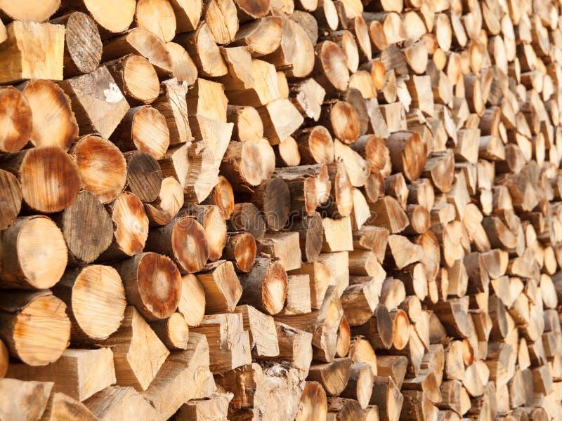 Gehakte houten logboeken Landelijke en natuurlijke achtergrondthema stock foto's