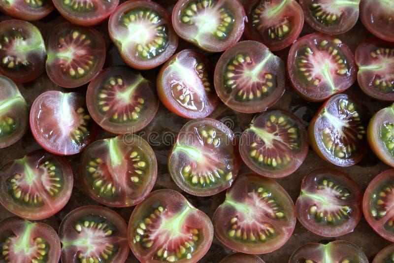 Gehakte organische rode tomaten klaar voor het drogen, abstracte achtergrond Het concept van het voedsel royalty-vrije stock fotografie