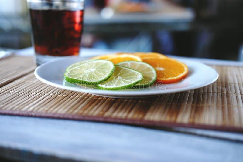Gehakte schors en sinaasappel stock foto's
