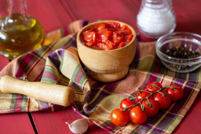 Gehakte tomaten op een rode achtergrond Vegetarisch voedsel stock foto's