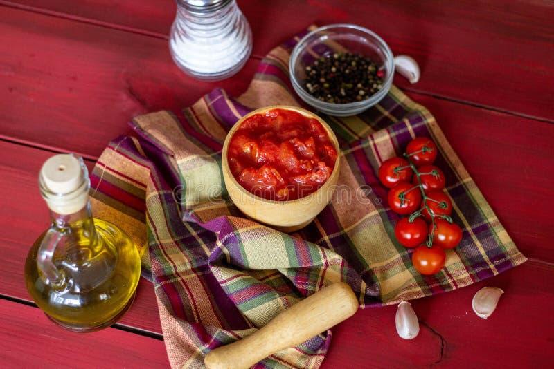 Gehakte tomaten op een rode achtergrond Vegetarisch voedsel Hoogste mening royalty-vrije stock foto's