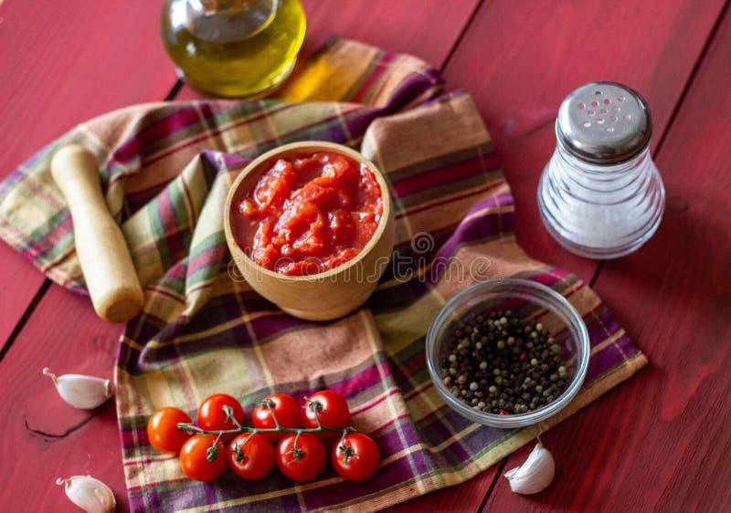 Gehakte tomaten op een rode achtergrond Vegetarisch voedsel Hoogste mening royalty-vrije stock fotografie