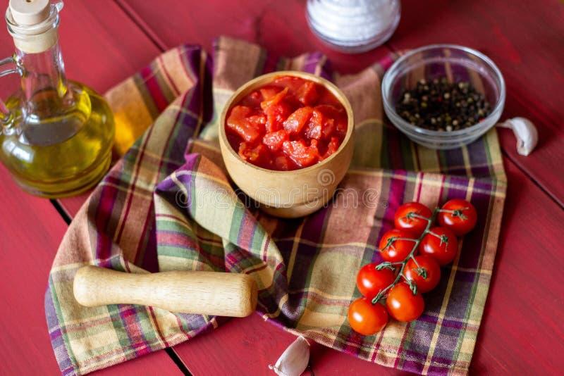 Gehakte tomaten op een rode achtergrond Vegetarisch voedsel Hoogste mening royalty-vrije stock foto