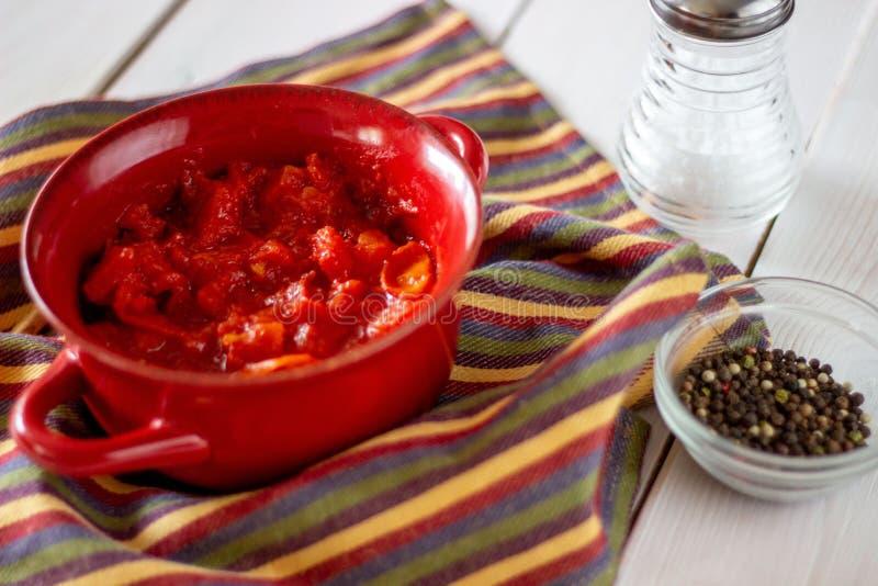 Gehakte tomaten op een witte achtergrond Hoogste mening stock fotografie