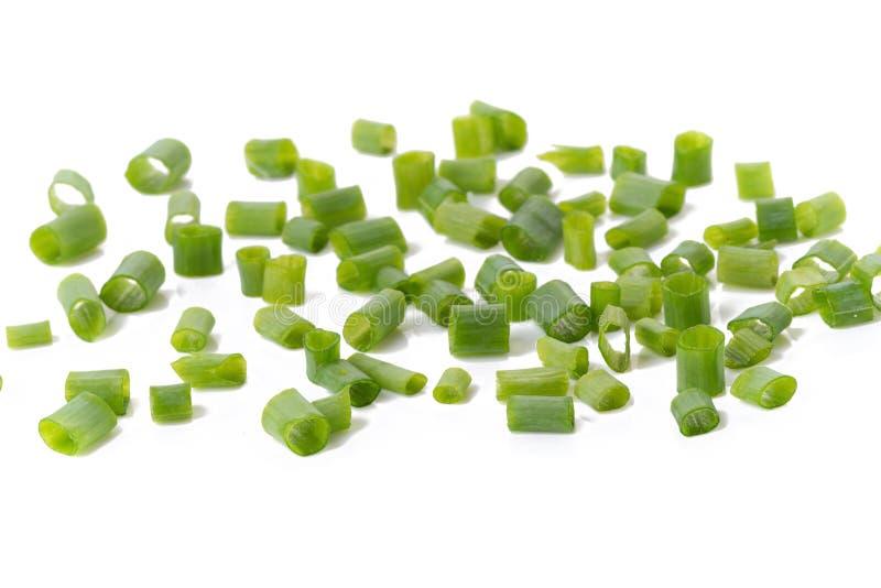 Gehakte verse groene die uien op witte achtergrond worden geïsoleerd stock afbeeldingen