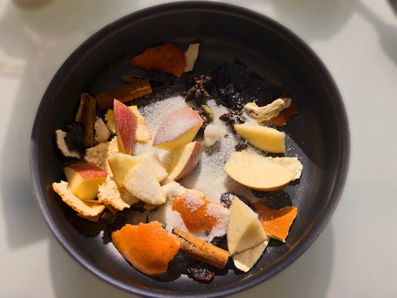 Gehakte vruchten en kruiden voor voor het koken van overwogen wijn in het kamperen voorwaarden stock afbeeldingen