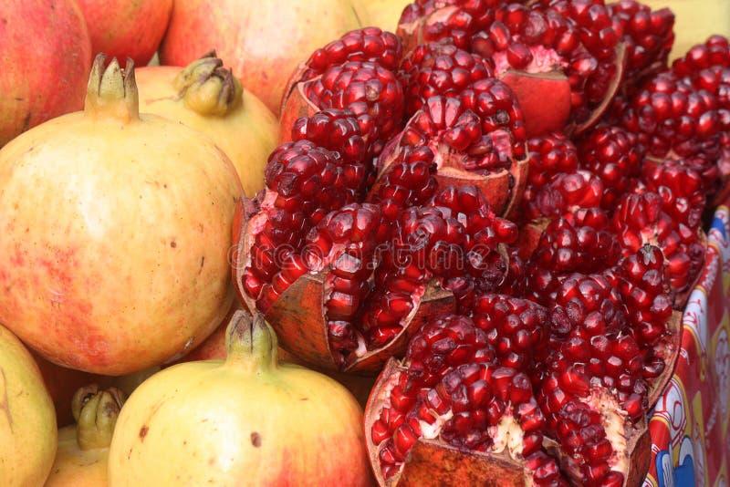Gehalveerde granaatappel met binnenlandse mening van zaden stock afbeeldingen