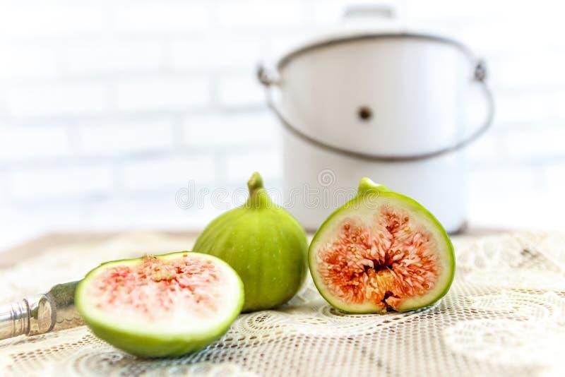 Gehalveerde, rijpe fig. dicht omhoog in het uitstekende keuken plaatsen stock foto