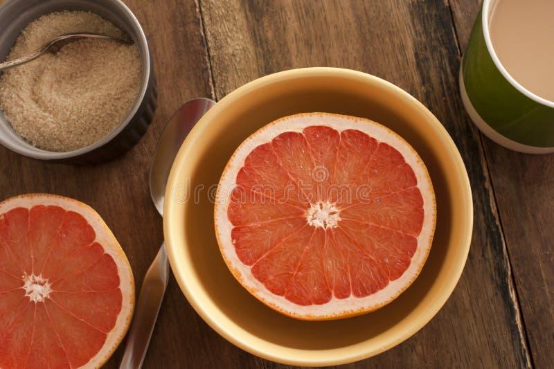 Gehalveerde verse die grapefruit voor ontbijt wordt gediend royalty-vrije stock afbeeldingen