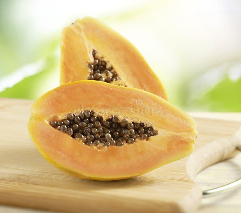 Gehalveerde verse papaja stock foto's