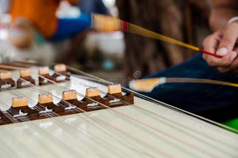 Gehamerd hakkebordinstrument stock afbeeldingen