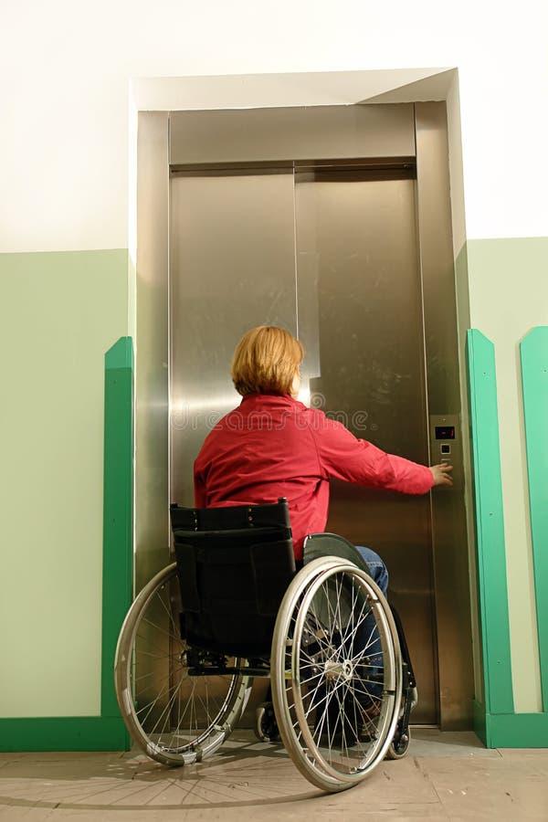 Gehandicapt gebruikend lift royalty-vrije stock fotografie