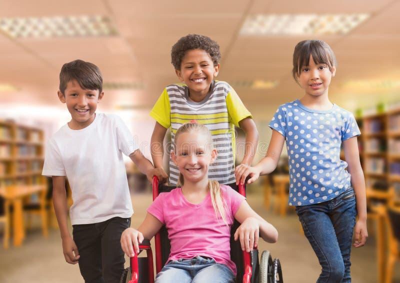 Gehandicapt meisje in rolstoel met vrienden in schoolbibliotheek stock foto's