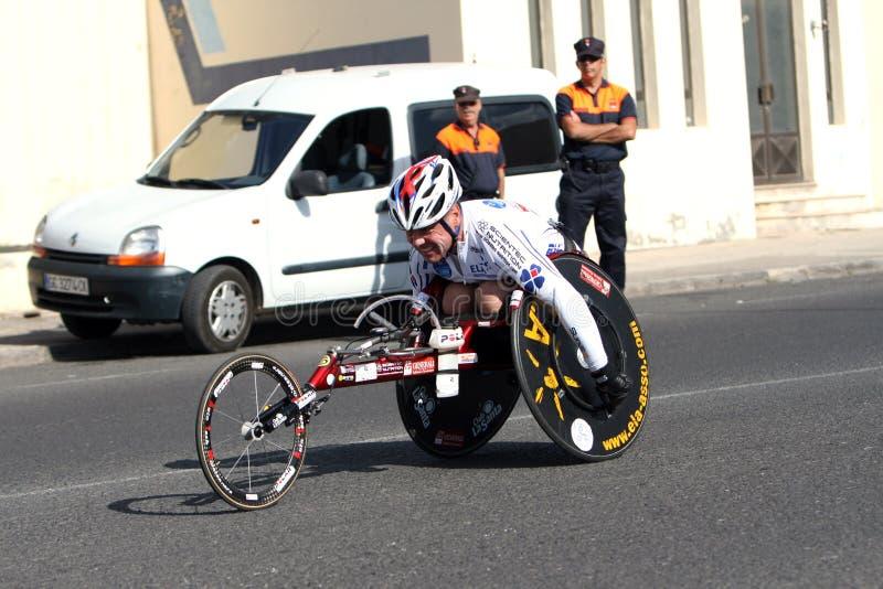 Gehandicapte atleet in een sportrolstoel in marathon royalty-vrije stock foto's