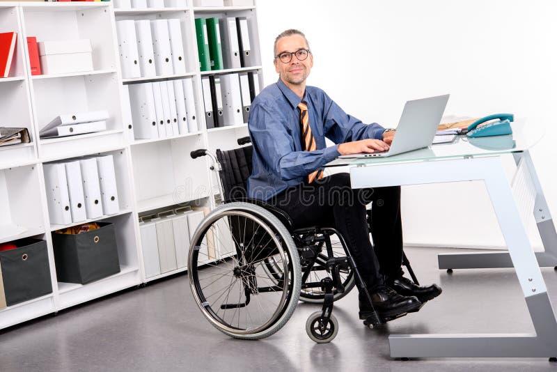 Gehandicapte Bedrijfsmens in rolstoel royalty-vrije stock afbeelding