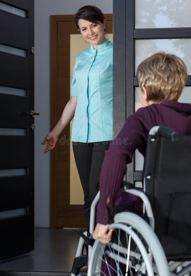 Gehandicapte dame die naar huis terugkomen stock foto's