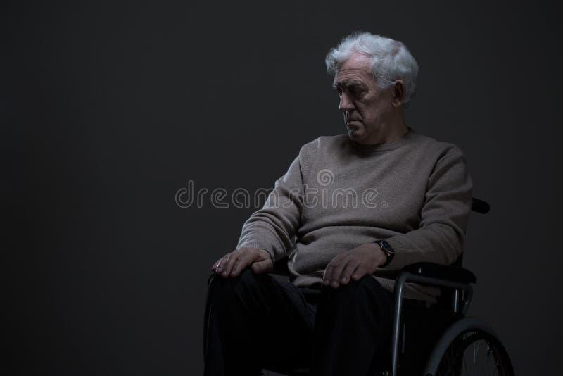 Gehandicapte en eenzame oude mens stock afbeelding