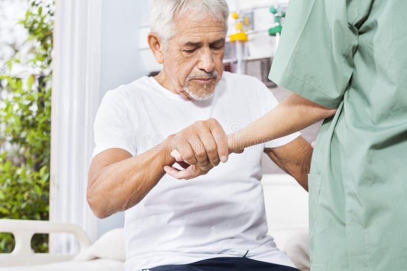 Gehandicapte Geduldige Holdingshand van Verpleegster In Rehab Center royalty-vrije stock foto's