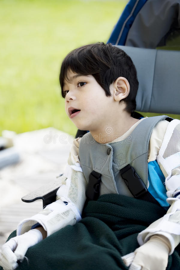 Gehandicapte jongen met hersenverlamming in rolstoel royalty-vrije stock foto