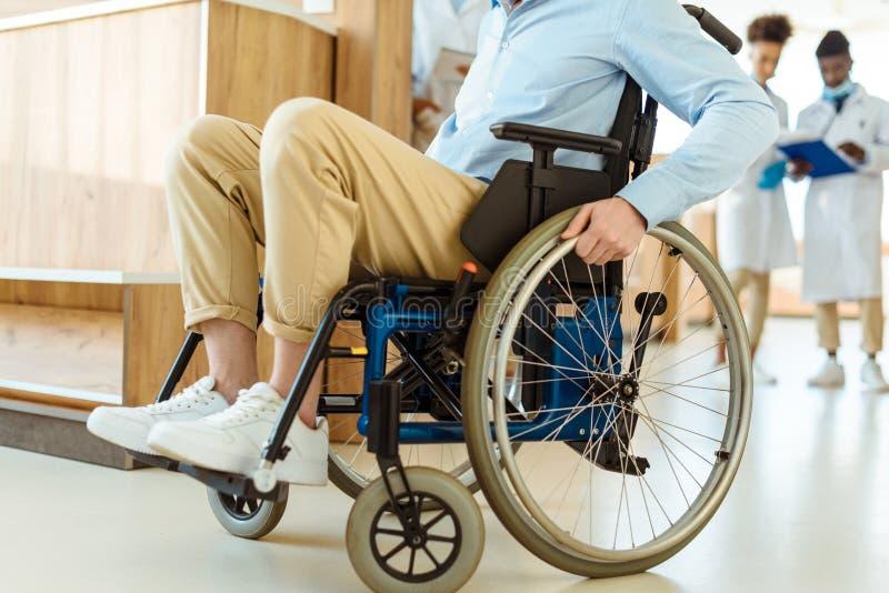 Gehandicapte mens bij het ziekenhuis royalty-vrije stock afbeeldingen