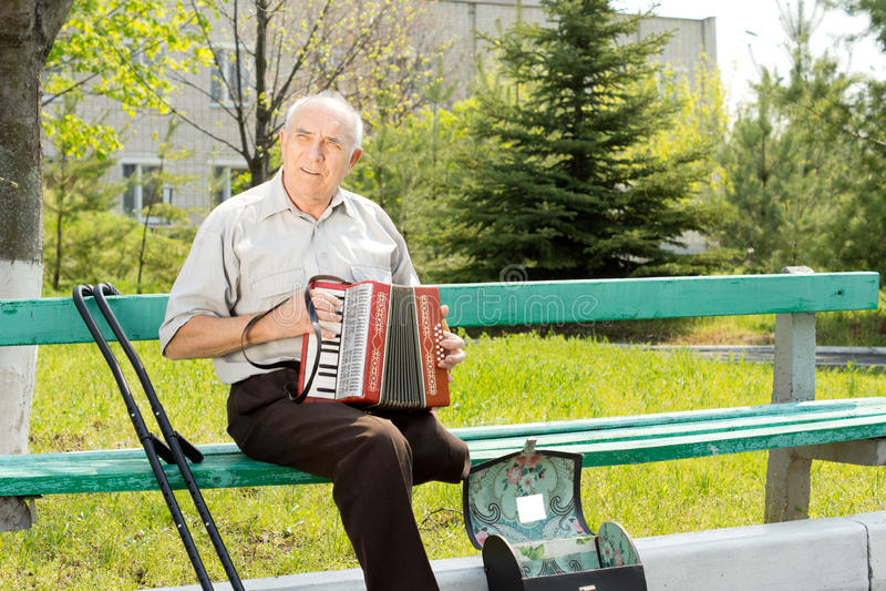Gehandicapte mens die de harmonika spelen royalty-vrije stock fotografie
