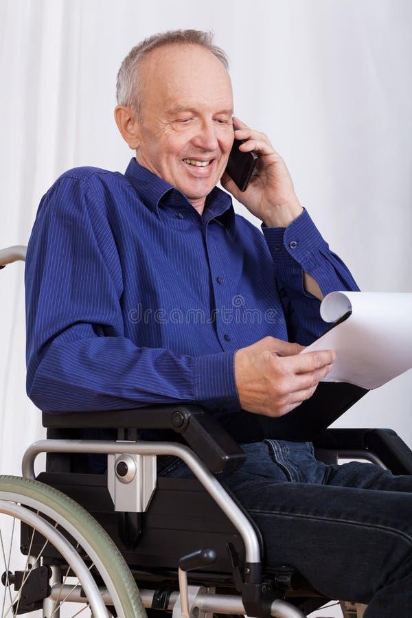 Gehandicapte mens die op telefoon spreken stock afbeelding