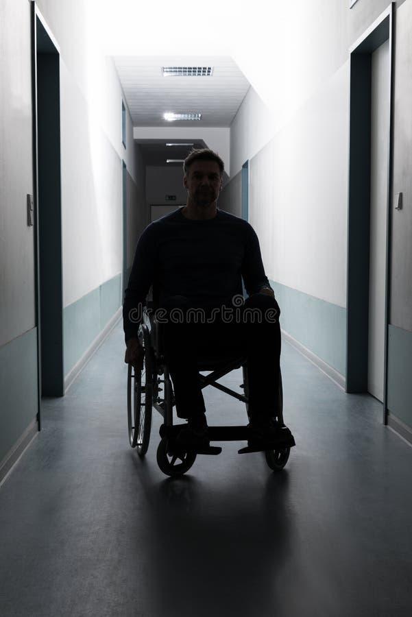 Gehandicapte mens in het ziekenhuis stock foto's