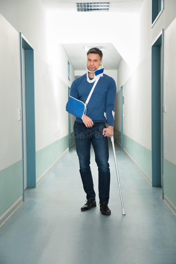 Gehandicapte mens in het ziekenhuis stock afbeelding