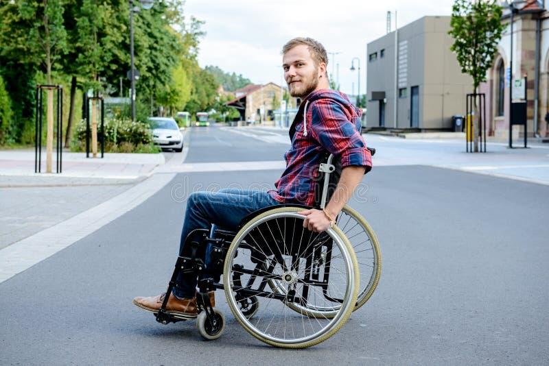 Gehandicapte mens in rolstoel op weg royalty-vrije stock foto's