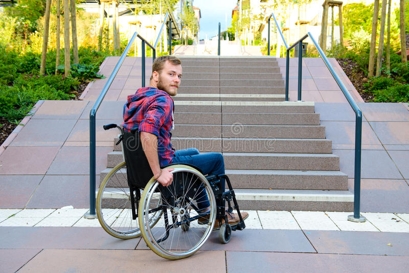 Gehandicapte mens in rolstoel voor treden royalty-vrije stock foto's