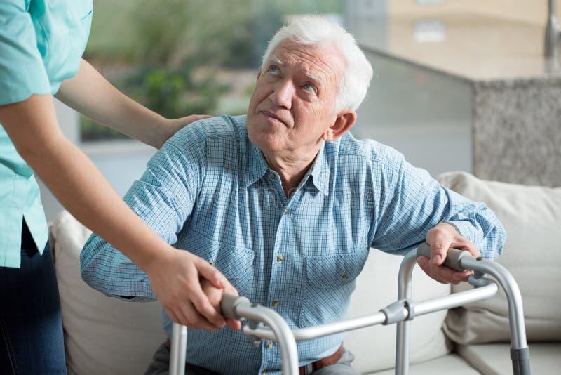 Gehandicapte mens in verpleeghuis royalty-vrije stock foto's
