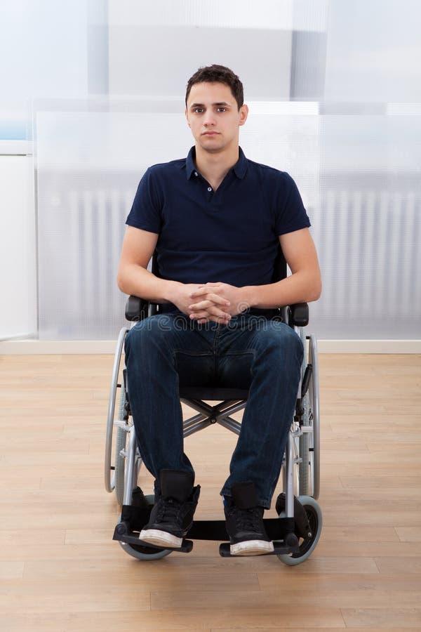Gehandicapte mensenzitting op rolstoel thuis royalty-vrije stock afbeeldingen