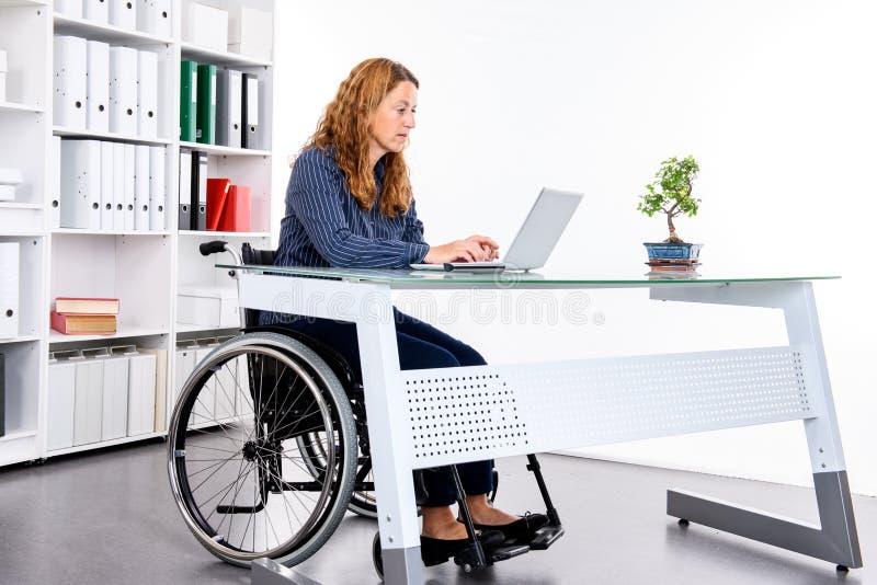 Gehandicapte onderneemster in rolstoel stock fotografie