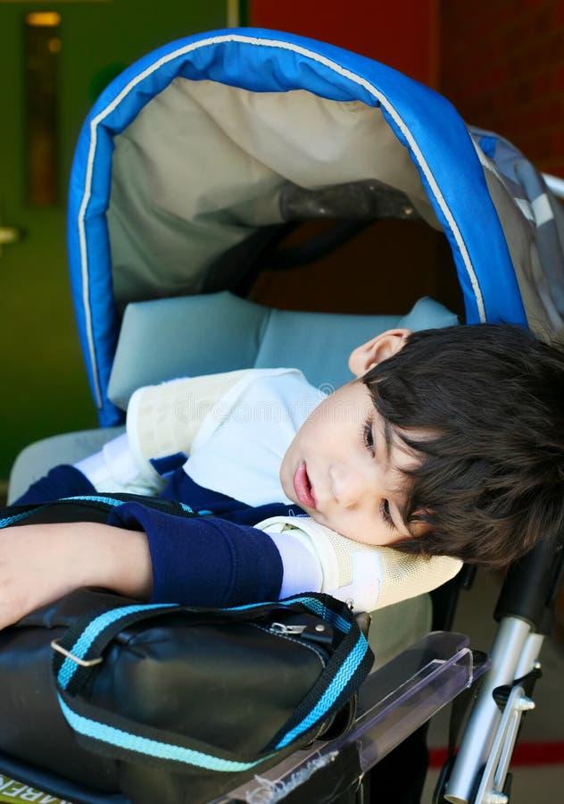 Gehandicapte oude jongen van vijf jaar in rolstoel royalty-vrije stock foto's