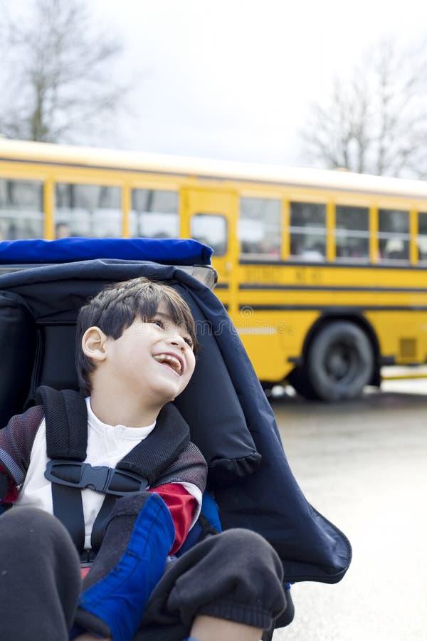 Gehandicapte oude jongen van vijf jaar in rolstoel op school royalty-vrije stock foto's