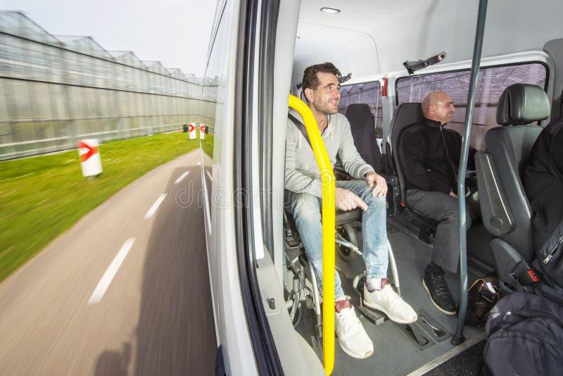 Gehandicapte passagier in een taxibus stock foto's