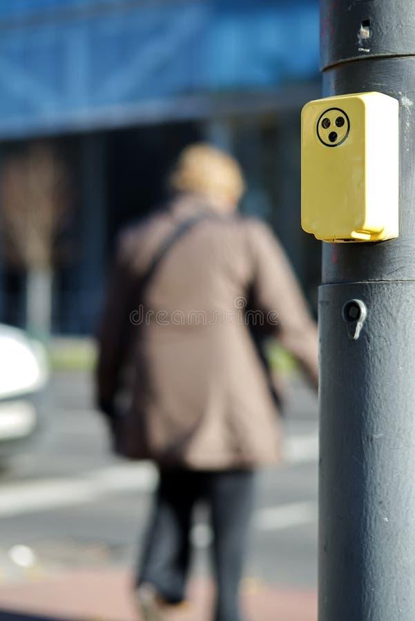 Gehandicapte persoon die weg kruist stock foto's
