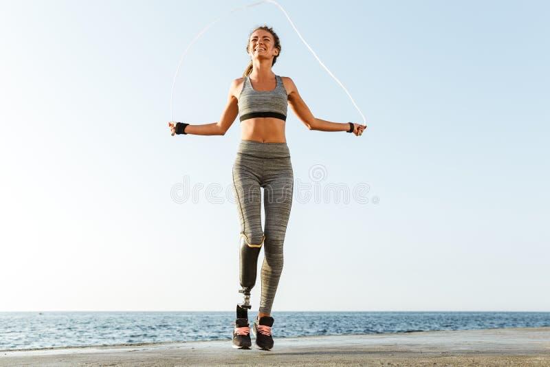 Gehandicapte sportenvrouw die met touwtjespringen springen royalty-vrije stock afbeelding