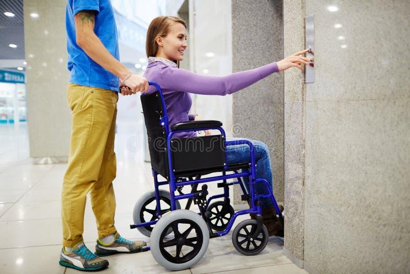 Gehandicapte vrouw die lift gebruiken royalty-vrije stock foto