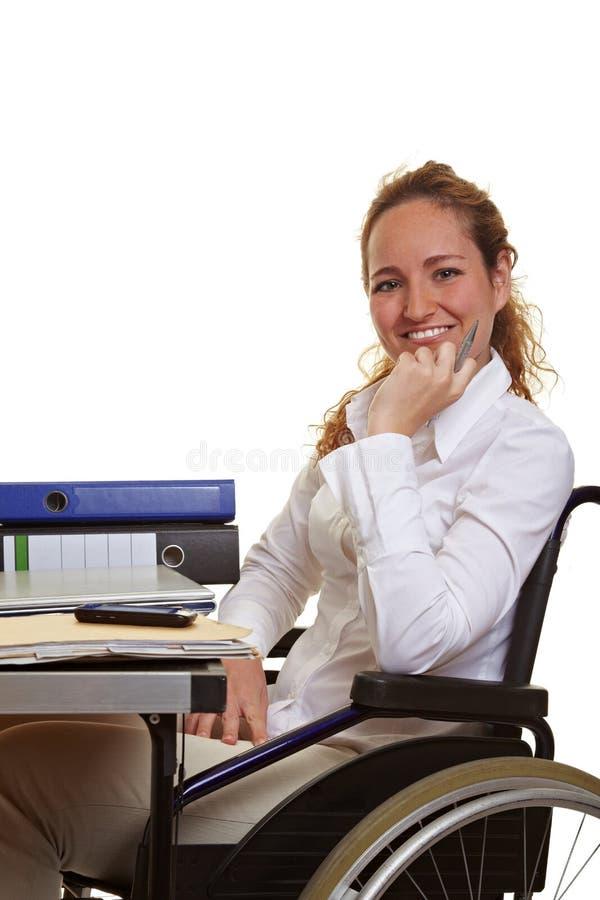 Gehandicapte vrouw op het werk royalty-vrije stock foto