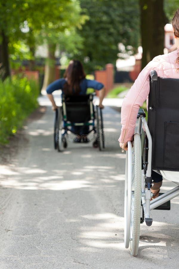 Gehandicapte vrouwen op rolstoel in openlucht stock foto's