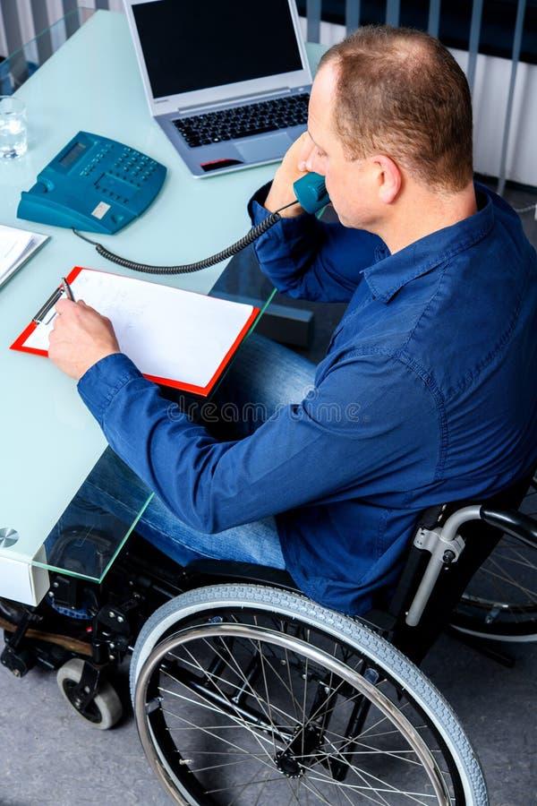 Gehandicapte zaken in rolstoel stock afbeelding