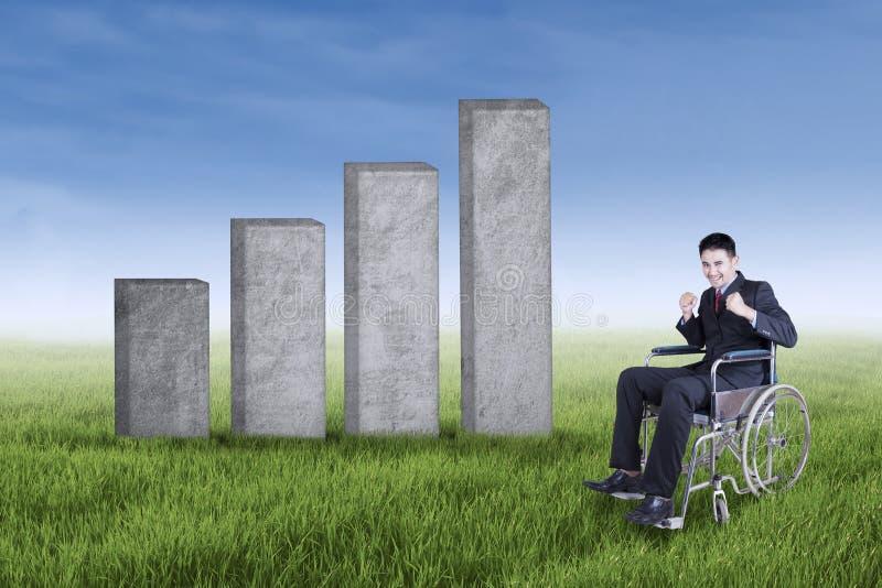 Gehandicapte zakenman met een de groeigrafiek in openlucht stock foto
