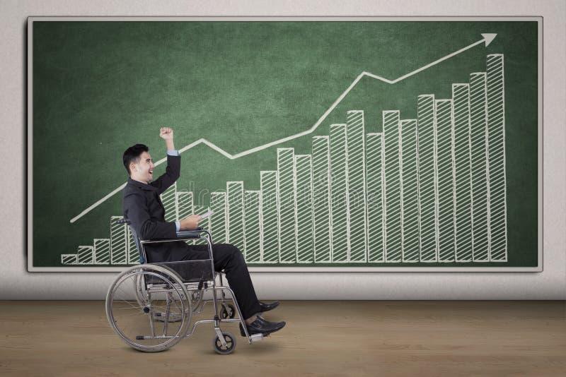Gehandicapte zakenman met financiële grafiek op bord stock foto's