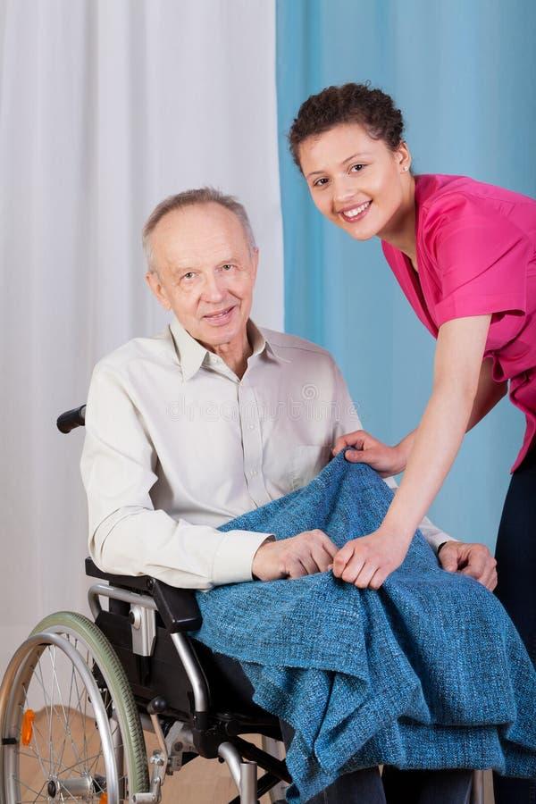 Gehandicapten en verpleegster het glimlachen royalty-vrije stock foto's
