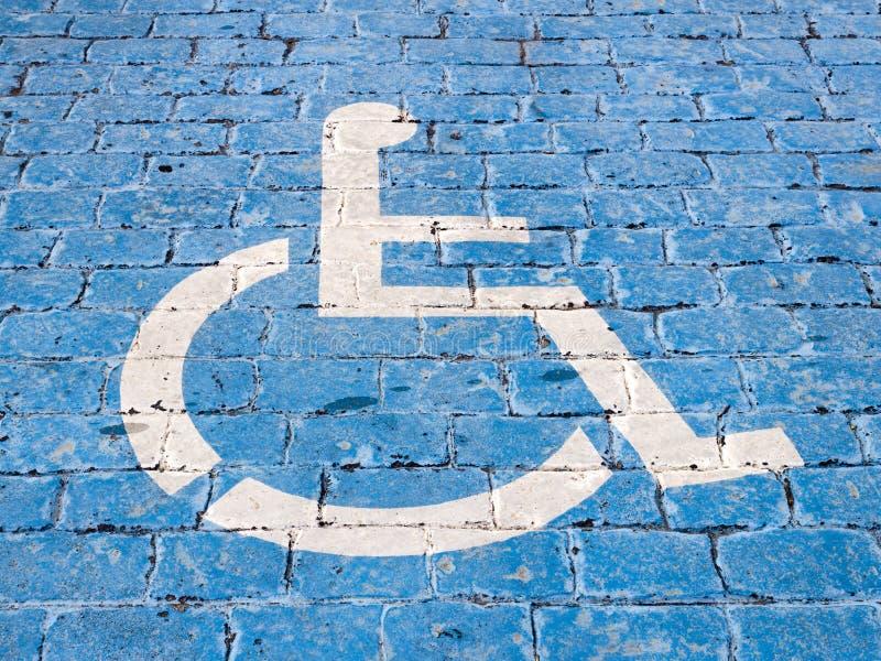 Gehandicapten gereserveerd die parkerenteken in de vloer wordt geschilderd stock afbeelding